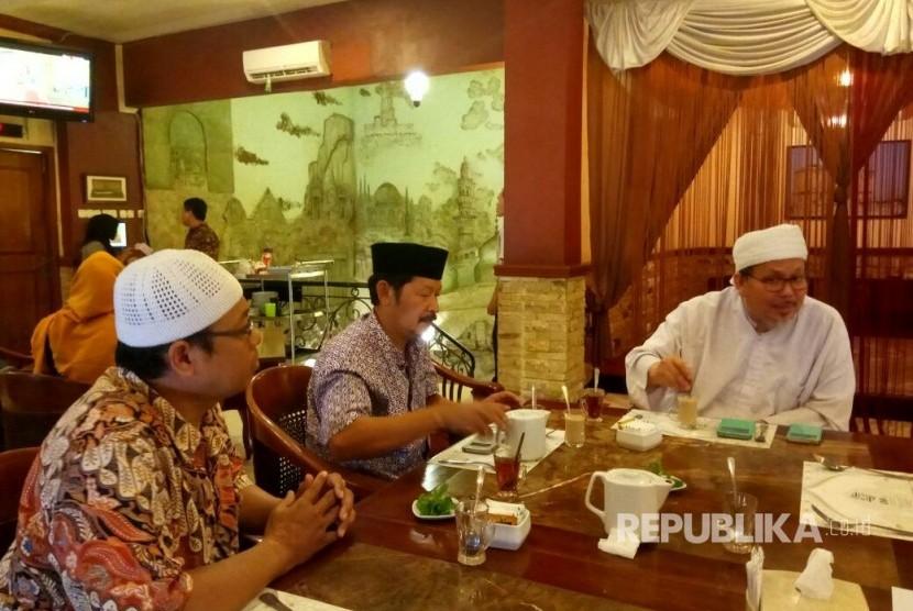 Pertemuan Panitia Dzikir Akbar Akhir Tahun Republika dengan KH Tengku Zulkarnain selaku Wasekjen MUI yang akan mengisi acara kegiatan dzikir akbar, Matraman, Jakarta, Jumat (24/11).