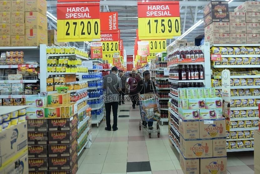 Pembeli memilih produk makanan dan minuman di pusat perbelanjaan, Jakarta. ilustrasi