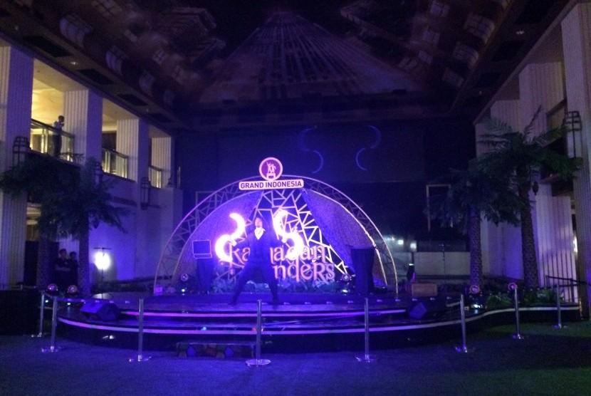 Pertunjukan seni LED di Grand Indonesia.