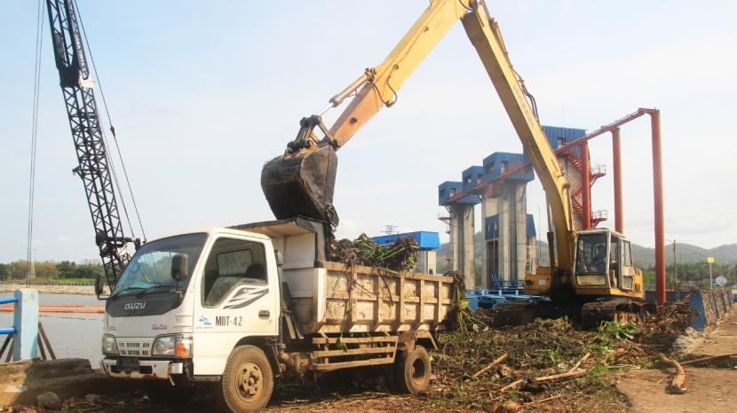 Perum Jasa Tirta (PJT) I berupaya mengangkat sampah secara mekanis di Bendungan Sengguruh, Kabupaten Malang.