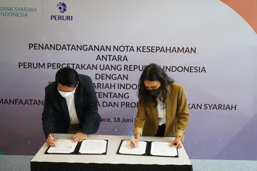 Perum Percetakan Uang Republik Indonesia (Peruri) melakukan penandatanganan Memorandum of Understanding (MoU) atau Nota Kesepahaman bersama dengan Bank Syariah Indonesia pada Jumat (18/6).