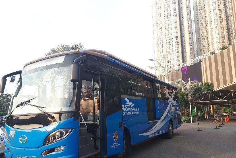 [ilustrasi] Bus Perum PPD di depan Mal Taman Anggrek.