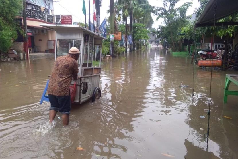 Perumahan Pondok Hijau Permai, Bekasi Timur, terendam banjir,  Rabu, (24/4).