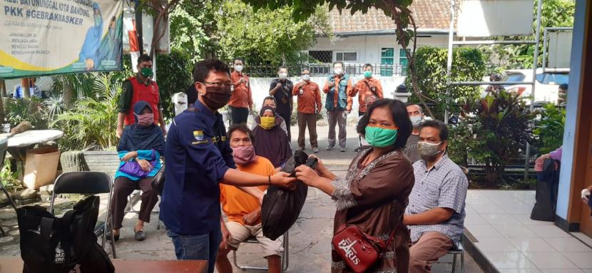 Perusahaan Perseoran Daerah (PPD) PT MUJ ONWJ menyalurkan ratusan paket sembako untuk warga tidak mampu di Kelurahan Kebon Waru Kecamatan Batu Nunggal Kota Bandung, Jabar, Kamis (28/1).