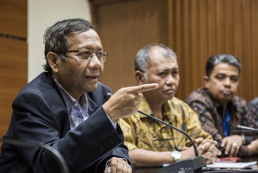 Perwakilan Asosiasi Pengajar Hukum Tata Negara yang juga mantan Ketua Mahkamah Konstitusi Mahfud MD (kiri) dan Guru Besar Fakultas Hukum Universitas Andalas Yuliandri (kanan) menyampaikan keterangan pers didampingi Ketua KPK Agus Rahardjo (tengah) di Jakarta, Rabu (14/6).