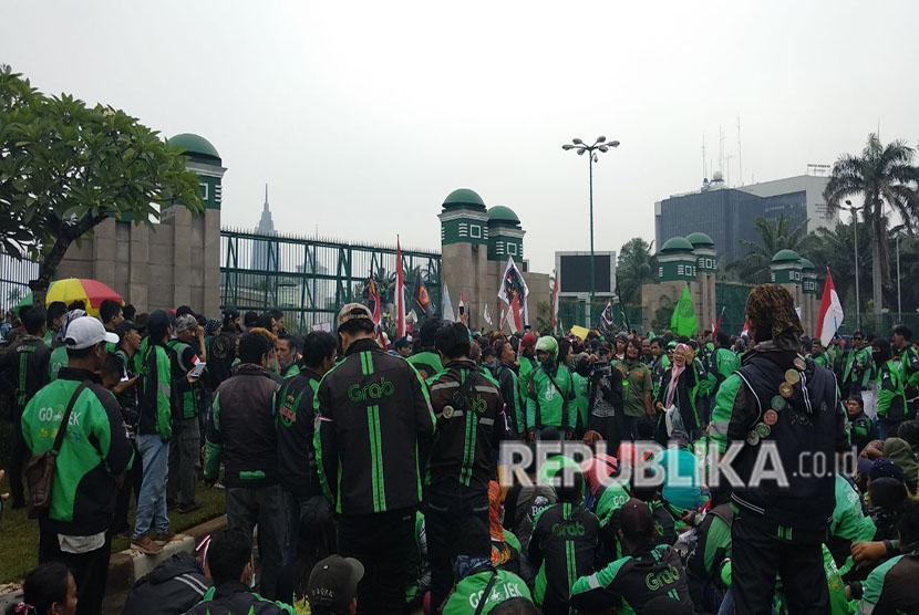 Perwakilan dari pengemudi ojek online melakukan audiensi dengan Komisi V DPR, Senin (23/4). Audiensi dilakukan di tengah unjuk rasa para pengemudi ojek online di Jakarta maupun dari berbagai daerah pada Senin hari ini di kawasan Senayan dan depan Gedung DPR.