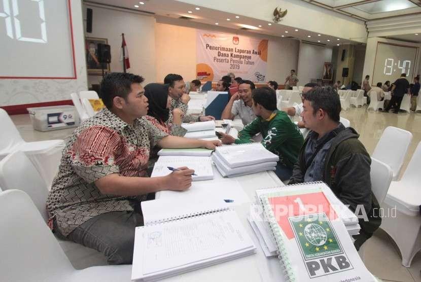 Perwakilan partai politik peserta Pemilu 2019 melaporkan dana awal kampanye di kantor KPU, Jakarta, Ahad (23/9).