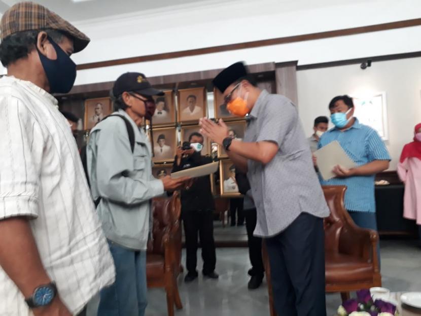 Perwakilan penarik becak dan kusir delman di Kota Sukabumi mendapatkan bantuan sosial jelang puasa dari Wali Kota Sukabumi, Achmad Fahmi, Ahad (11/4)