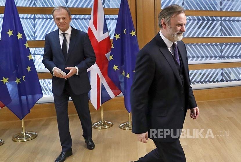 Perwakilan tetap Inggris untuk Uni Eropa Tim Barrow (kanan) usai menyerahkan surat resmi Brexit dari PM Inggris Theresia May kepada Presiden Uni Eropa Donald Tusk.