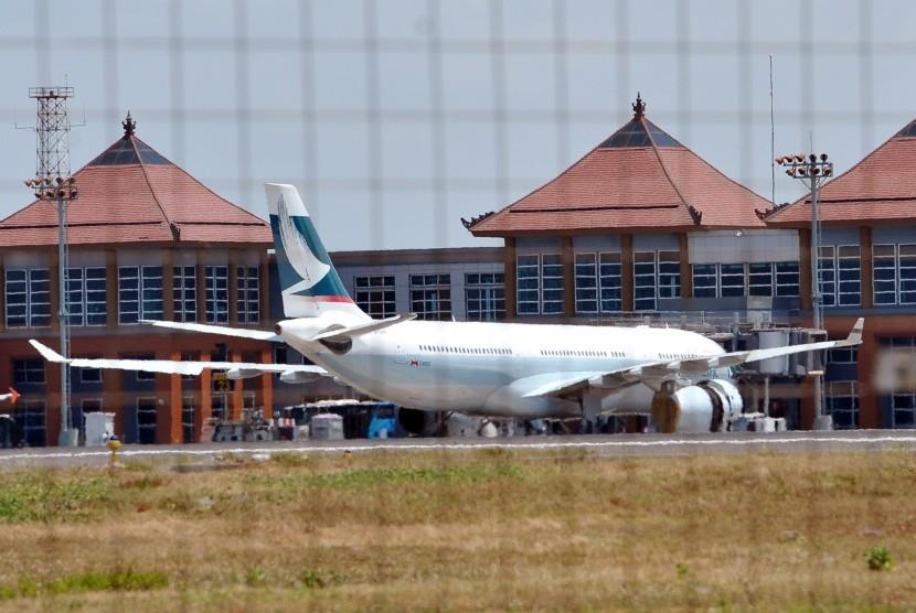 Pesawat Airbus A330 milik maskapai Cathay Pacific berada di parkir setelah mendarat darurat di Bandara Ngurah Rai, Denpasar, Jumat (25/9).