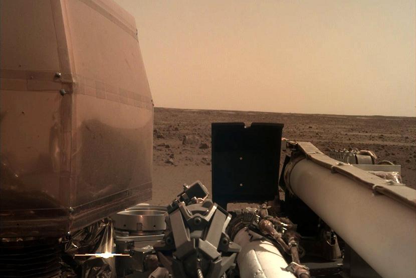 Pesawat antariksa milik NASA, InSight, berhasil mendarat di Mars