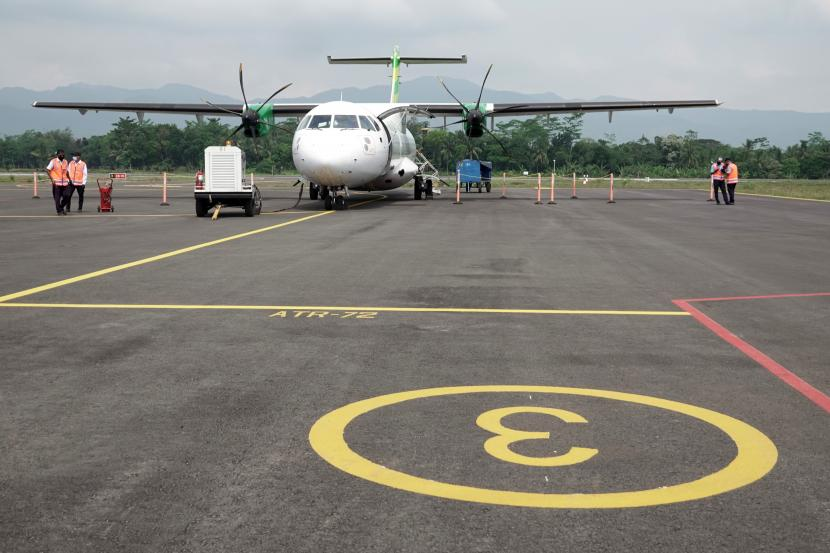 Pesawat ATR-72 milik maskapai penerbangan Citilink tiba di Bandara Jenderal Besar Soedirman, Purbalingga, Jateng, Selasa (1/6/2021). Maskapai penerbangan Citilink melakukan proving flight pesawat ATR-72 rute Surabaya-Purbalingga, dengan kapasitas 70 penumpang, sebagai simulasi akhir persiapan operasional komersial Bandara Jenderal Besar Soedirman Purbalingga.