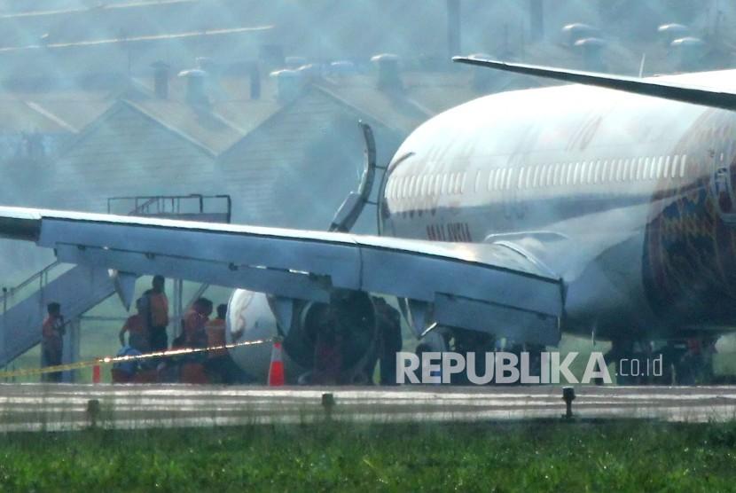 Petugas memeriksa pesawat Batik Air Malaysia yang gagal take off di Bandara Husein Sastranegara, Kota Bandung, Kamis (20/6).