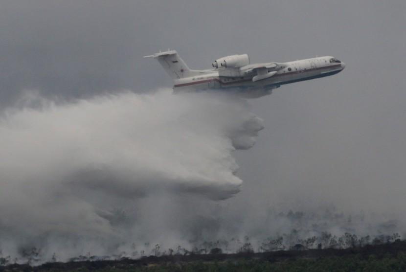Pesawat bom air asal Rusia Beriev BE-200 melakukan pemadaman kebakaran dari udara di Kawasan Air Sugihan, Ogan Komering Ilir (OKI), Sumsel, Sabtu (24/10).