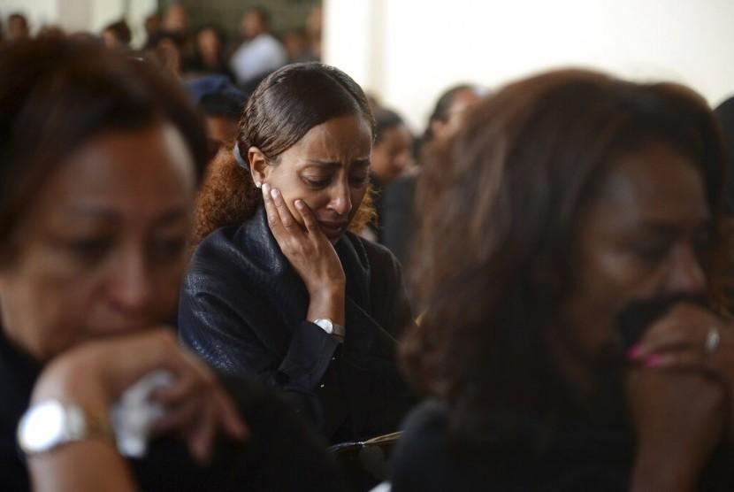 PESAWAT JATUH. Salah seorang kerabat menghadiri upacara peringatan yang diadakan asosiasi pilot maskapai  Ethiopian Airlines di Addis Ababa, Senin (11/3).