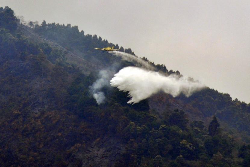 Ilustrasi pemadaman kebakaran di kawasan Taman Nasional Gunung Merbabu, Ampel, Boyolali, Jawa Tengah.