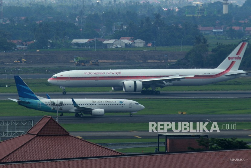 Dua pesawat jenis boeing milik Garuda Indonesia melintas di landasan pacu Bandara Soekarno Hatta, Tangerang, Banten, Jumat (15/3/2019).