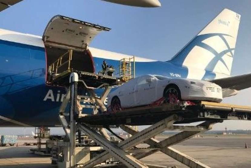 Pesawat kargo AirBridgeCargo Airlines digunakan untuk membawa 40 mobil Maserati Quattroporte langsung dari Italia.