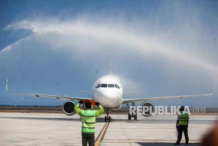 Pesawat komersial Citilink dengan rute penerbangan HLP- YIA mendarat di Bandara YIA saat penerbangan perdana di Bandara Yogyakarta International Airport (YIA), Kulonprogo, DI Yogyakarta, Senin (6/5).