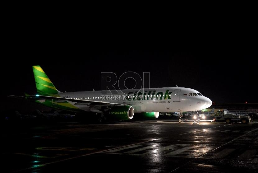 Pesawat milik maskapai penerbangan Citilink terparkir usai mendarat di Bandara Halim Perdanakusuma, Jakarta, Senin (13/4). (Prayogi/Republika)