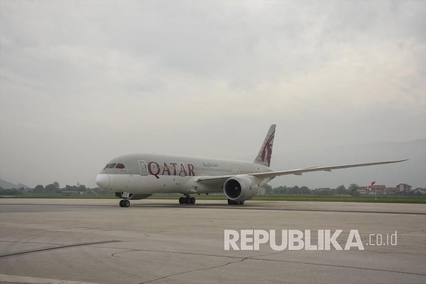 Pesawat milik Qatar Airways membawa paket bantuan yang dikirim oleh Qatar untuk mendukung memerangi virus korona tiba di Bandara Internasional Sarajevo, di Sarajevo, Bosnia Herzegovina pada 19 Mei 2020.