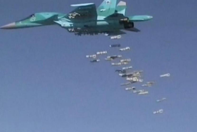 Pesawat pengebom Rusia Sukhoi Su-34  menjatuhkan bom di Provinsi Deir ez-Zor, Suriah. (ilustrasi)