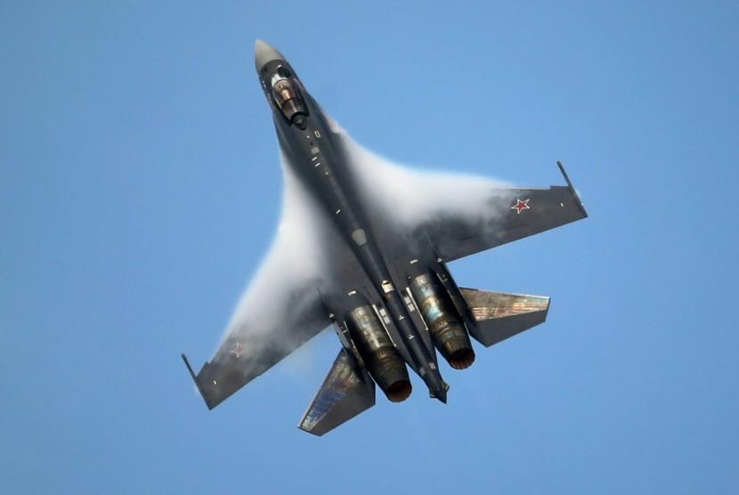Pesawat Sukhoi Su-35 bermanuver di langit Rusia.