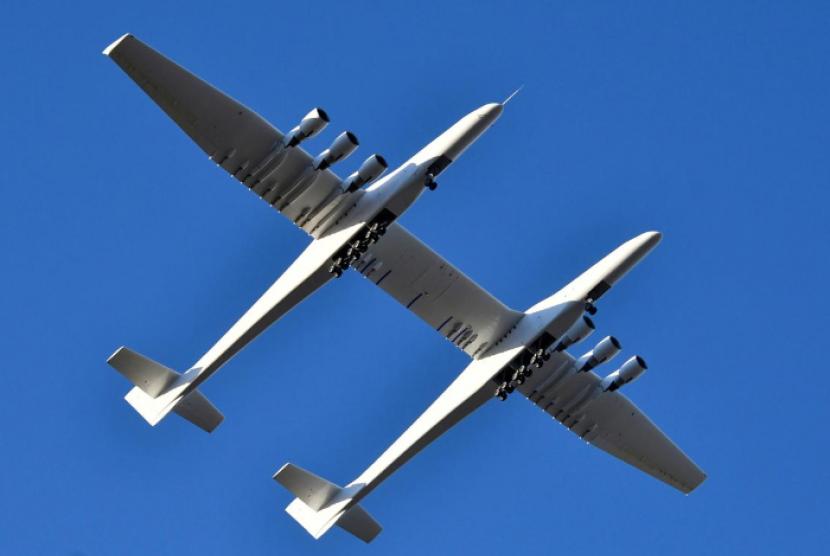 Pesawat terbesar di dunia keluaran Stratolaunch, Roc, terbang untuk pertama kalinya.