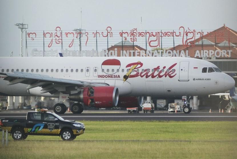 Pesawat udara berada di landasan pacu Bandara Internasional I Gusti Ngurah Rai, Bali, Rabu (3/4/2019).