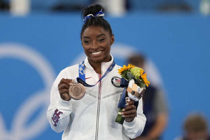 Pesenam AS Simone Biles berpose dengan medali perunggunya untuk peralatan balok keseimbangan senam artistik putri di Olimpiade Musim Panas 2020, Selasa, 3 Agustus 2021, di Tokyo, Jepang.