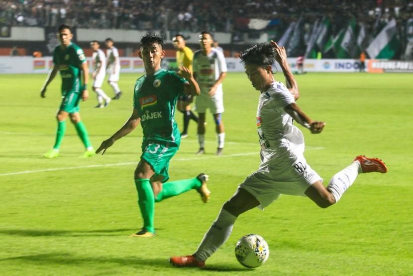 Pesepak bola Arema FC Johan Ahmad (kanan) berebut bola dengan pemain PS Sleman Arsyad Yusgiantoro pada pertandingan Liga 1 2019 di Stadion Maguwoharjo, Sleman, DI Yogyakarta, Rabu (15/5/2019).