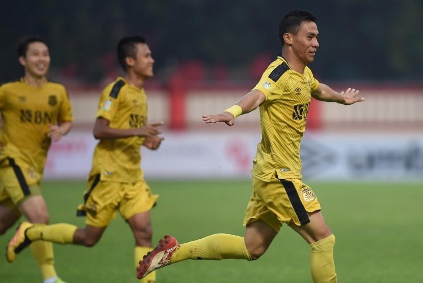 Pesepak bola Bhayangkara FC Alsan Sanda (kanan) merayakan gol yang dicetak ke gawang Persebaya Surabaya dalam laga lanjutan Liga 1 di Stadion PTIK, Jakarta, Rabu (11/7). Pertandingan tersebut berakhir imbang 3-3.