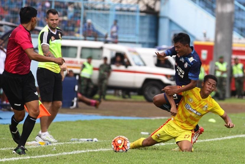 Pesepak bola Bhayangkara FC Indra Kahfi (kanan).