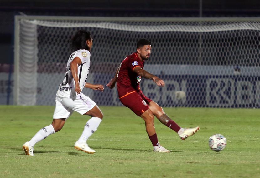Pesepak bola Borneo FC J Bustos (kanan) berebut bola dengan pesepak bola Bali United pada lanjutan Liga 1 2021-2022 di Stadion Indomilk Arena, Tangerang, Banten, Kamis (23/9/2021).