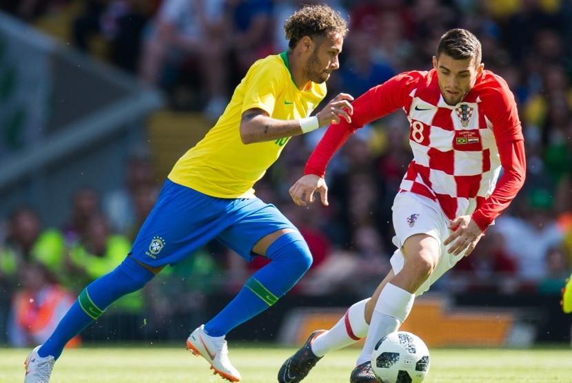 Pesepak bola Brasil, Neymar (kiri), menggiring bola dengan dibayangi oleh pemain Kroasia, Mateo Kovacic (kanan) pada laga bersahabatan antara Brasil dan Kroasia di Stadion Anfield, Liverpool, Inggris, Ahad (3/6).
