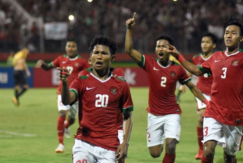 Pesepak bola Indonesia U-16 Amirudin Bagus Kahfi Alfikri (kiri) melakukan selebrasi seusai mencetak gol ke gawang Malaysia U-16 pada laga semifinal Piala AFF U-16 di Stadion Gelora Delta Sidoarjo, Jawa Timur, Kamis (9/8).