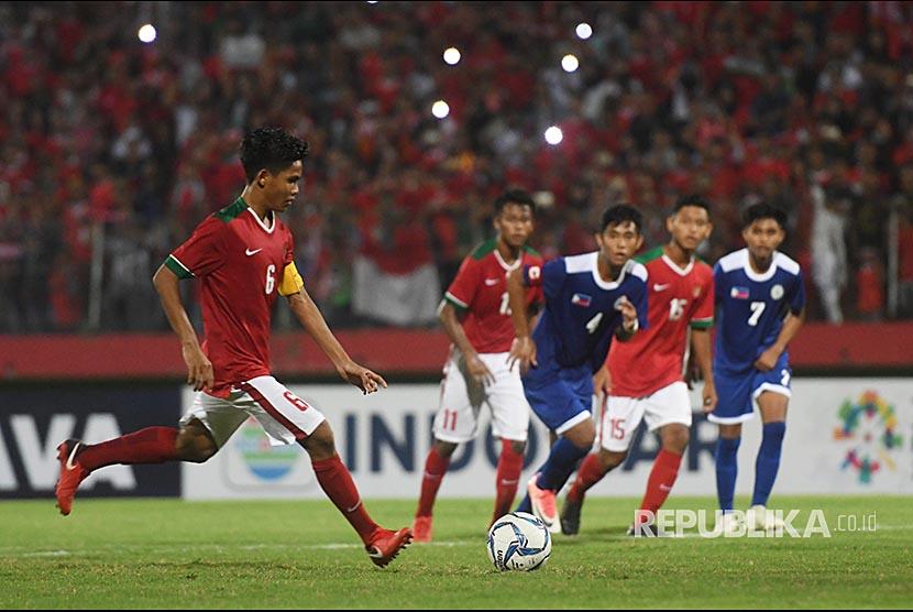 Pesepak bola Indonesia U-16 David Maulana (kiri) melakukan tendangan penalti saat laga melawan Filipina U-16