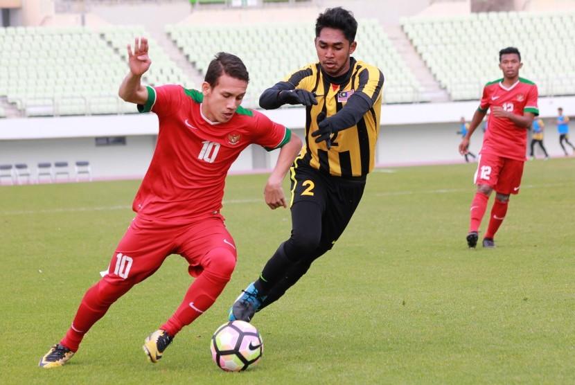 Pesepak bola Indonesia U-19 Egy Maulana Vikri (kiri) mencoba melewati hadangan pesepak bola Malaysia Shivan Pillay pada Kualifikasi Piala Asia U-19 2018 di Paju Public Stadium, Korea Selatan, Senin (6/11).