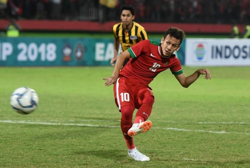 Pesepak bola Indonesia U19 Egy Maulana Vikri melakukan tendangan pinalti ketika melawan timnas Malaysia U19 pada semi final Piala AFF U19 di Gelora Delta Sidoarjo, Sidoarjo, Jawa Timur, Kamis (12/7).
