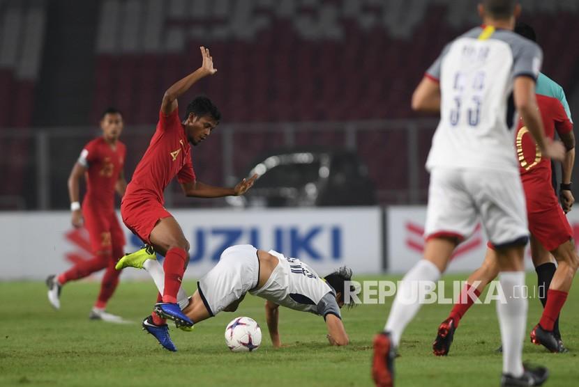 Pesepak bola Indonesia Zulfiandi (kiri) berebut bola dengan pesepak bola Filipina Jovin Hervas (kanan) dalam laga lanjutan Piala AFF 2018 di Stadion Gelora Bung Karno, Jakarta, Ahad (25/11/2018).