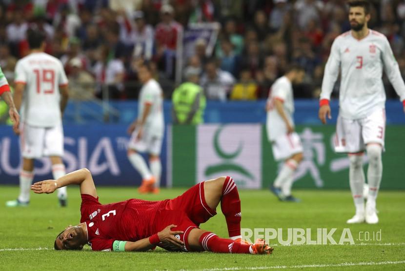 Pesepak bola Iran Ehsan Haji Safi cedera saat  melawan Spanyol pada pertandingan grup B Piala Dunia 2018 di Kazan Arena, Kamis (21/6) dini hari.