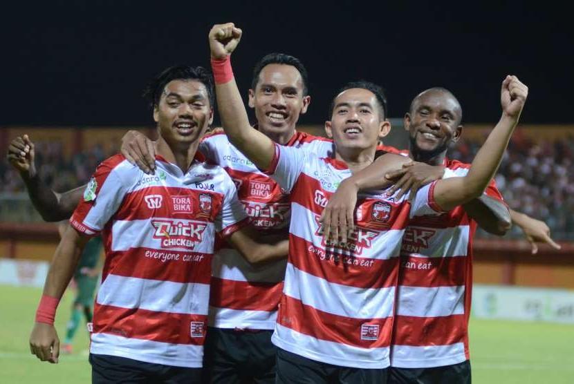 Pesepak bola Madura United (MU) Slamet Nurcahyo (kedua kanan) melakukan selebrasi usai mencetak gol ke gawang PS Tira dalam lanjutan Gojek Liga 1 di Stadion Gelora Ratu Pamelingan (SGRP) Pamekasan, Jawa Timur, Jumat (3/8).