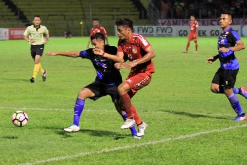 Pertandingan sepak bola di Stadion Haji Agus Salim, Padang. (ilustrasi)