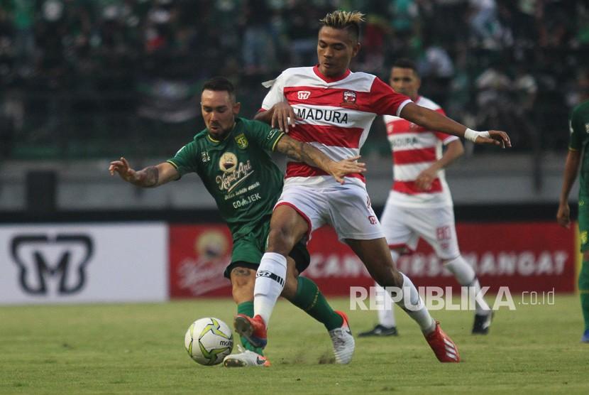 Pemain Madura United Manfaatkan Waktu Luang Kelola SSB