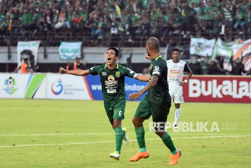 Pesepak bola Persebaya Surabaya Misbakus Solikin (kiri) melakukan selebrasi usai mencetak gol kegawang Arema FC dalam lanjutan Liga-1 di Stadion Gelora Bung Tomo (GBT), Surabaya, Jawa Timur, Ahad (6/5).
