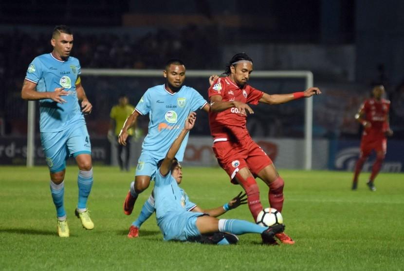 Pesepak bola Persela Lamongan Birrul Walidan (bawah) berebut bola dengan pesepak bola Persija Jakarta Rohit Chand (kanan) dalam lanjutan Liga 1 di Stadion Surajaya, Lamongan, Jawa Timur, Ahad (20/5).
