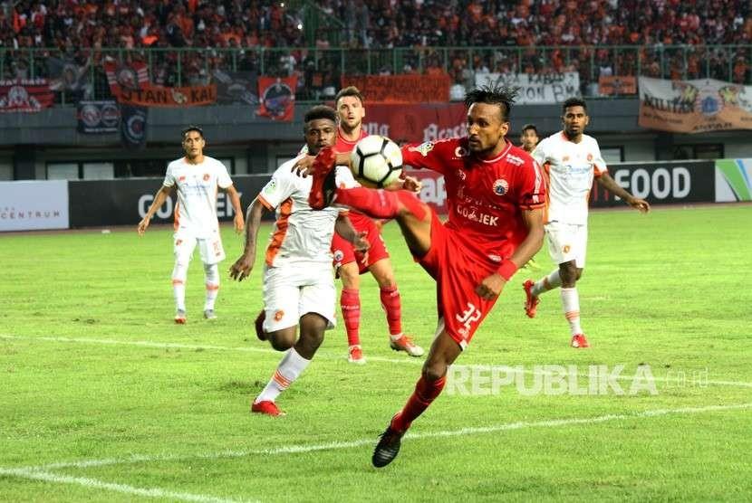 Pesepak bola Perseru, Makarius Fredik Suruan (kiri) berusaha menghadang pesepak bola Persija Jakarta, Rohit Chand (kanan) pada laga lanjutan Liga 1, di Stadion Patriot Candrabhaga di Bekasi, Jawa Barat, Senin (8/10).