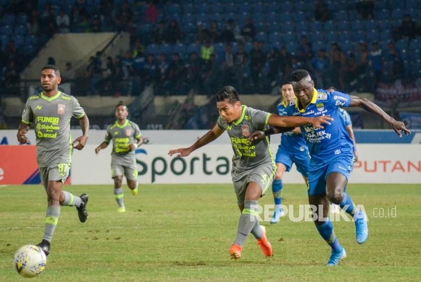 Pesepak bola Persib Bandung Ezechiel Ndouasel (kanan) berebut bola dengan pesepak bola Borneo FC Wildansyah (kedua kanan) pada pertandingan lanjutan liga 1 di Stadion Si Jalak Harupat, Kabupaten Bandung, Jawa Barat, Rabu (14/8/2019).