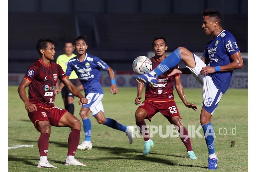 Pesepak bola Persib Bandung Wander Luiz (kanan) dibayangi pesepak bola Borneo FC menghalau bola pada lanjutan Liga 1 2021-2022 di Stadion Indomilk Arena, Tangerang, Banten, Kamis (23/9/2021). Dalam pertandingan tersebut Persib Bandung melawan Borneo FC bermain imbang dengan Skor 0 - 0.