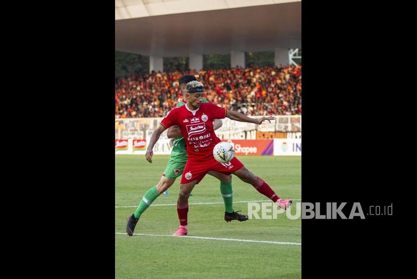 Pesepak bola Persija Bruno Matos (depan) berebut bola dengan pesepak bola Kalteng Putra Kevin Gomes pada laga Shopee Liga 1 di Stadion Madya GBK, Senayan, Jakarta, Selasa (20/8/2019).